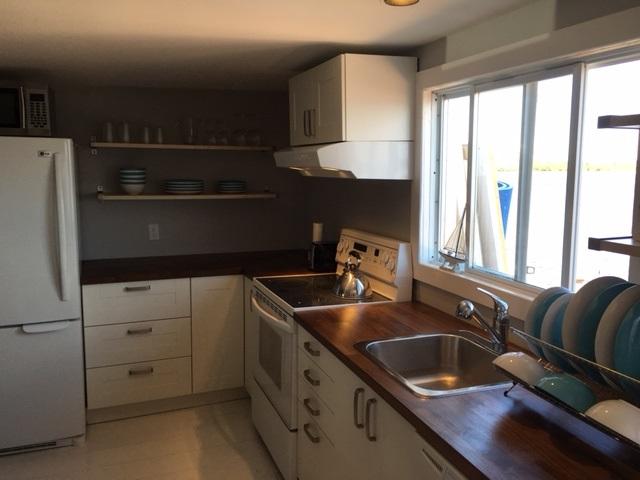 the kitchen is ready! la cuisine et le salon sont prêts! | chalet
